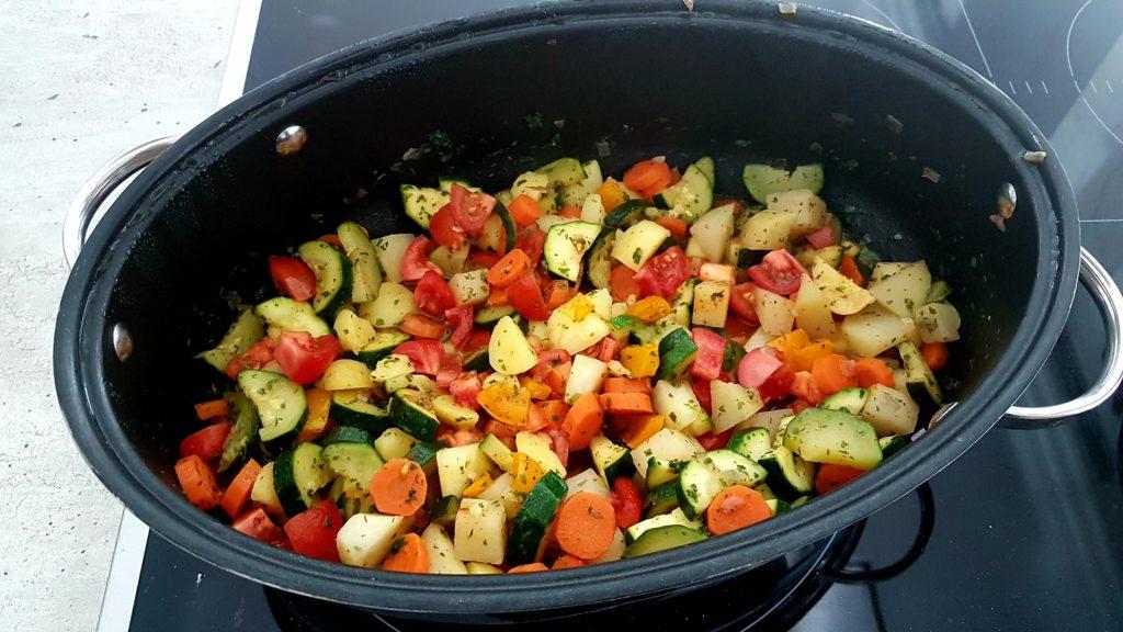 Kunterbunte Gemüsepfanne mit Hähnchenmedaillons